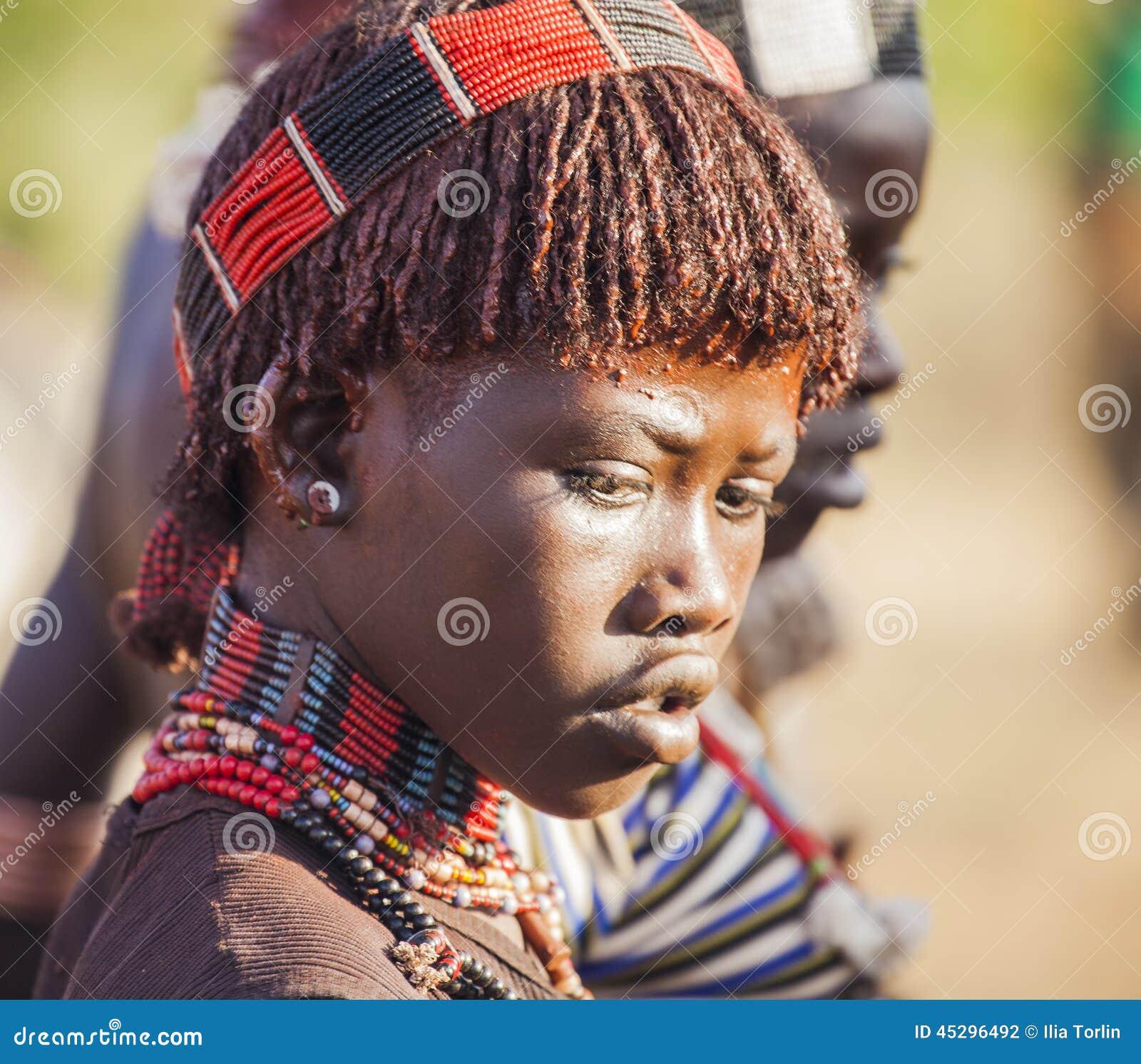 Portret van jonge Hamar-vrouw bij stieren springende ceremonie Turmi, Omo-Vallei, Ethiopië