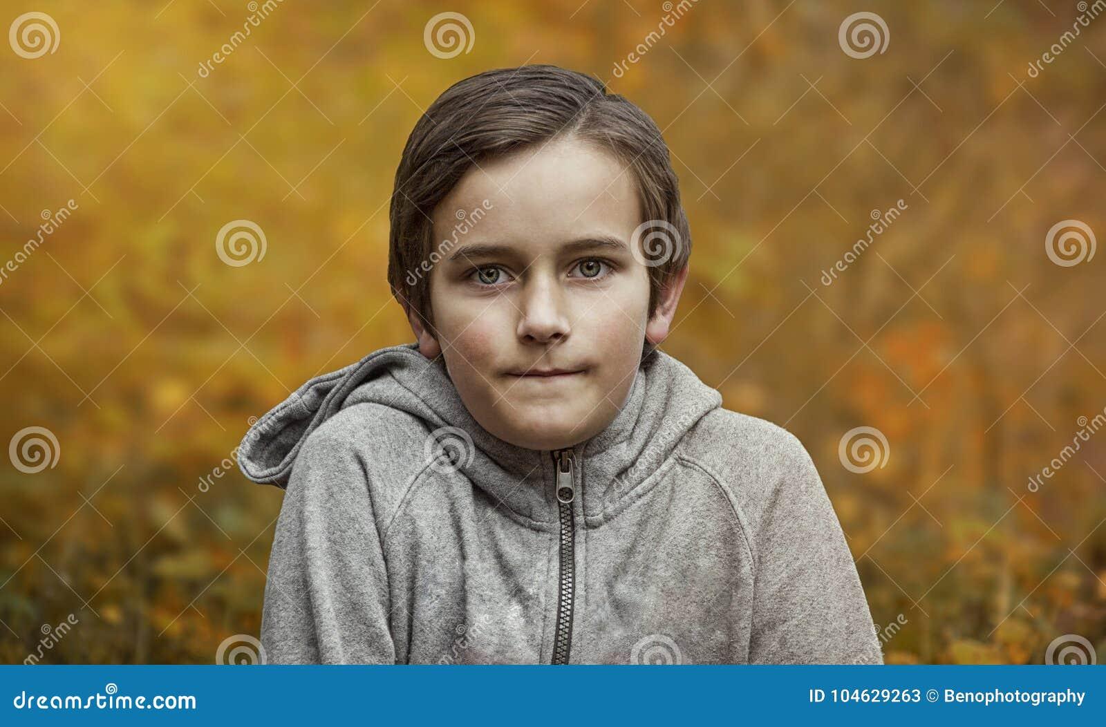 Download Portret Van Jonge Jongen In Bos In De Herfst Fotoportret Van Jong Geitje Stock Afbeelding - Afbeelding bestaande uit kaukasisch, mensen: 104629263