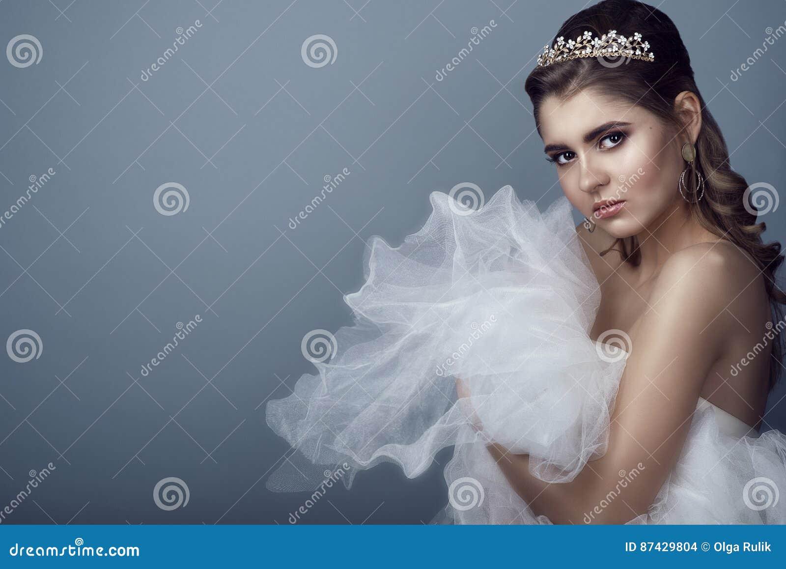 Portret Van Jonge Mooie Bruid In Diadeem En Oorringen Met