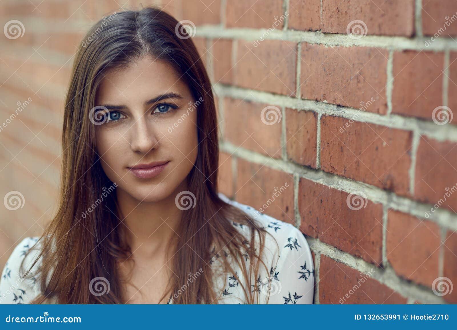 Portret van jonge mooie donkerbruine vrouw met vriendschappelijk mooi gezicht