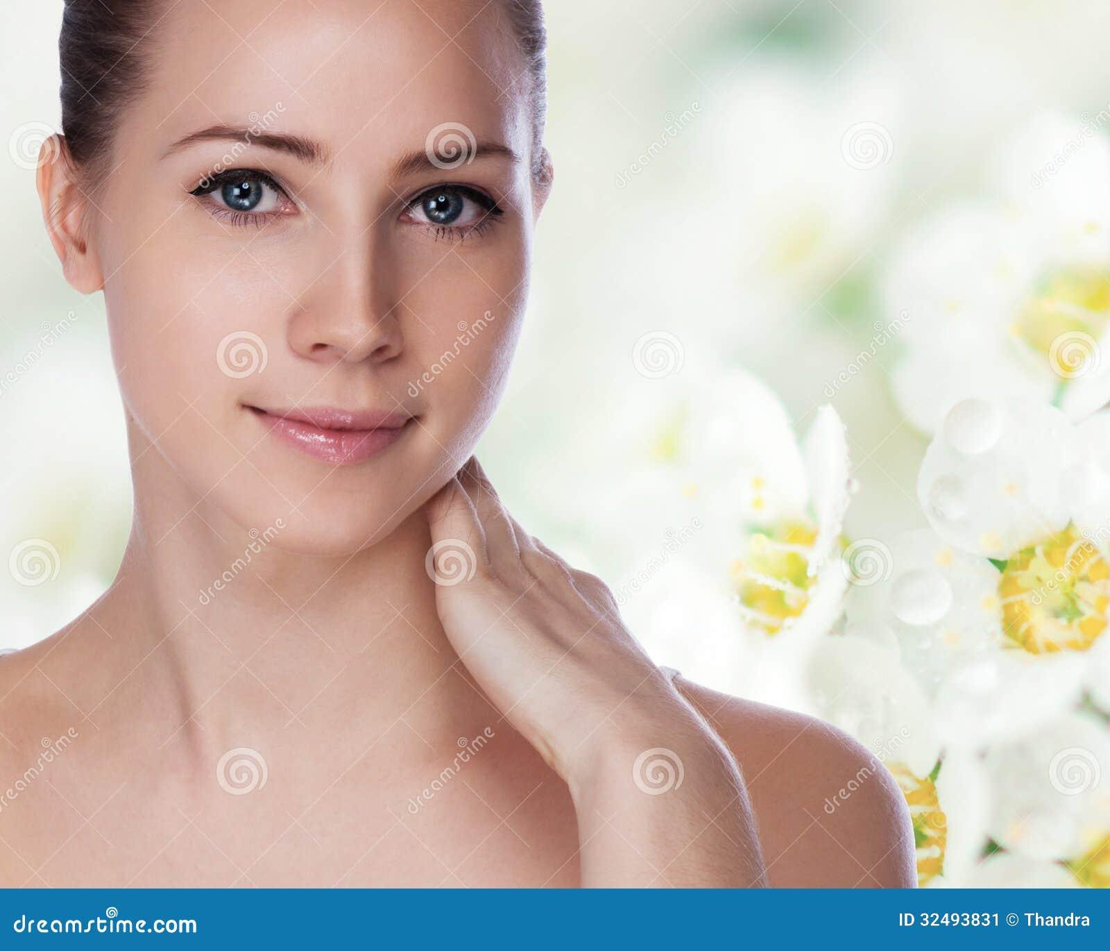 Portret van jonge mooie vrouw met gezonde huid