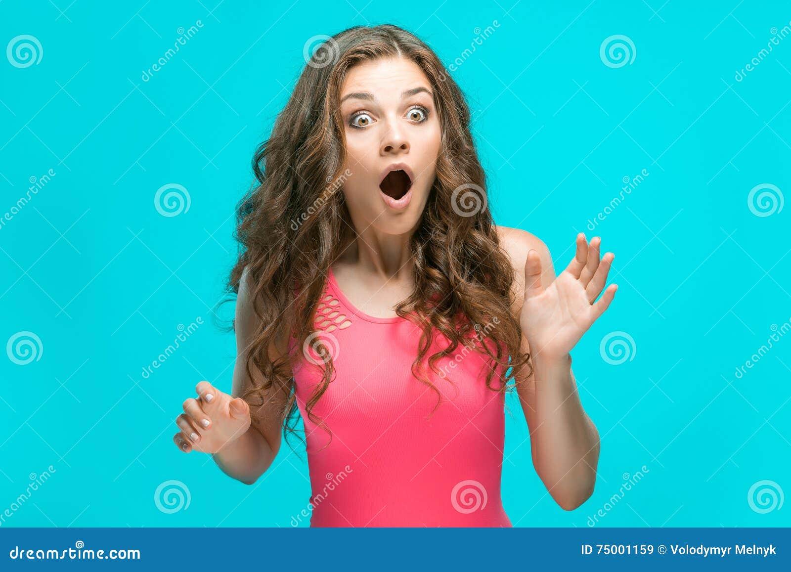 Portret van jonge vrouw met geschokte gelaatsuitdrukking