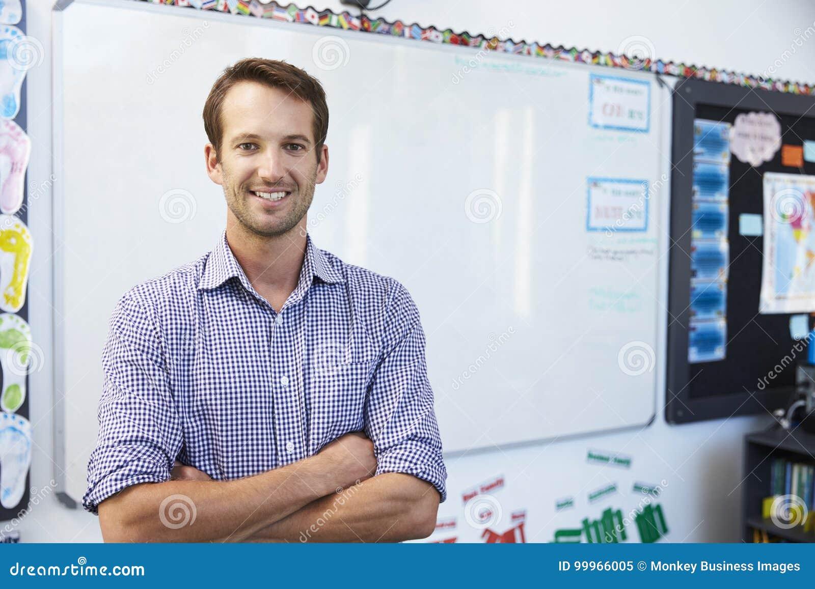 Portret van jonge witte mannelijke leraar in schoolklaslokaal