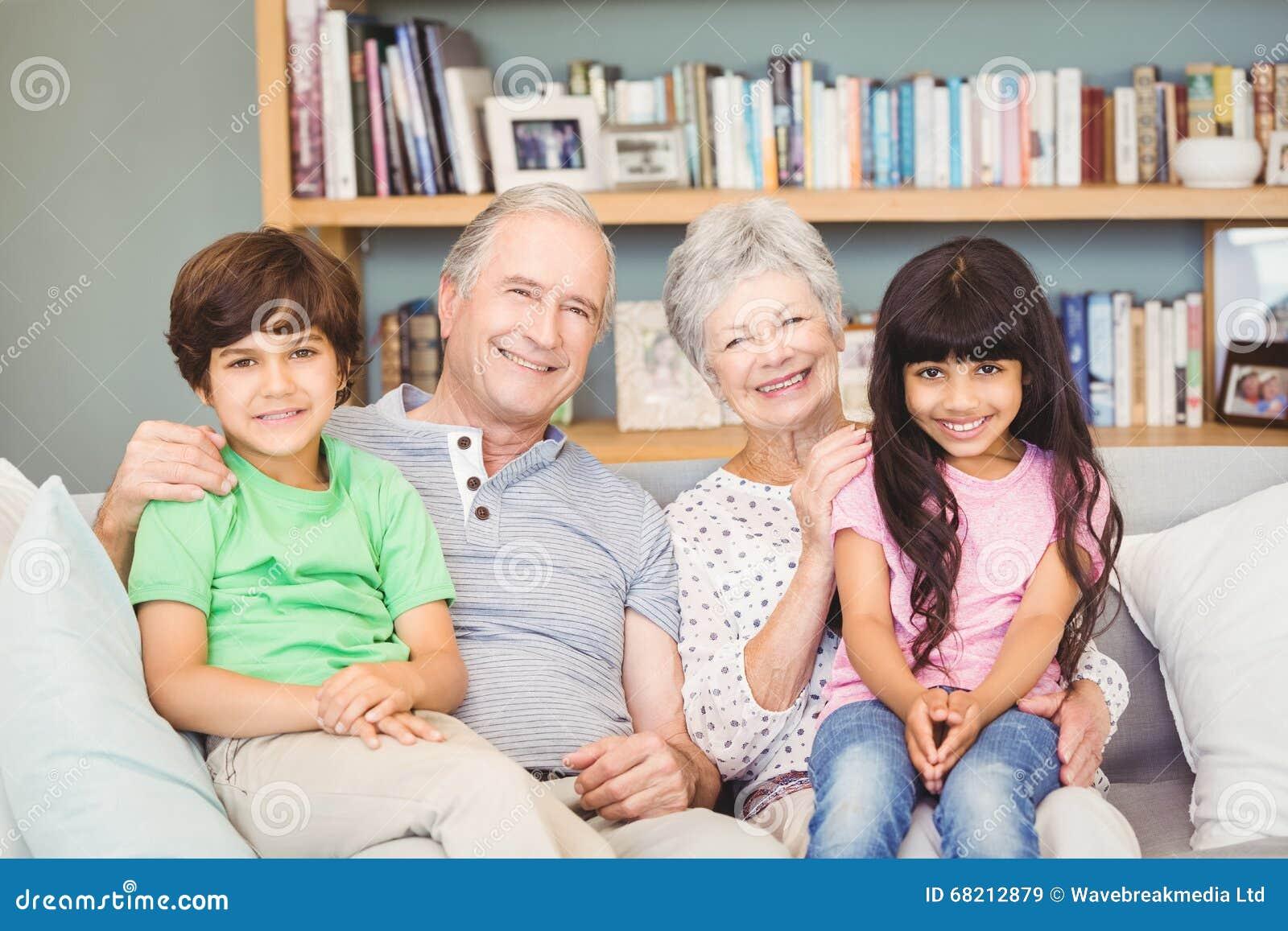 Portret van kleinkinderen met grootouders thuis