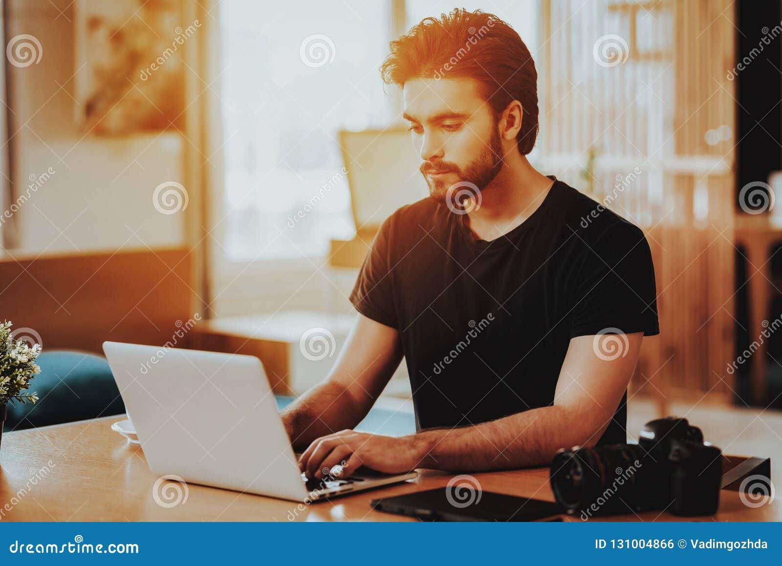 Portret van Knappe Freelancer die aan Laptop werken