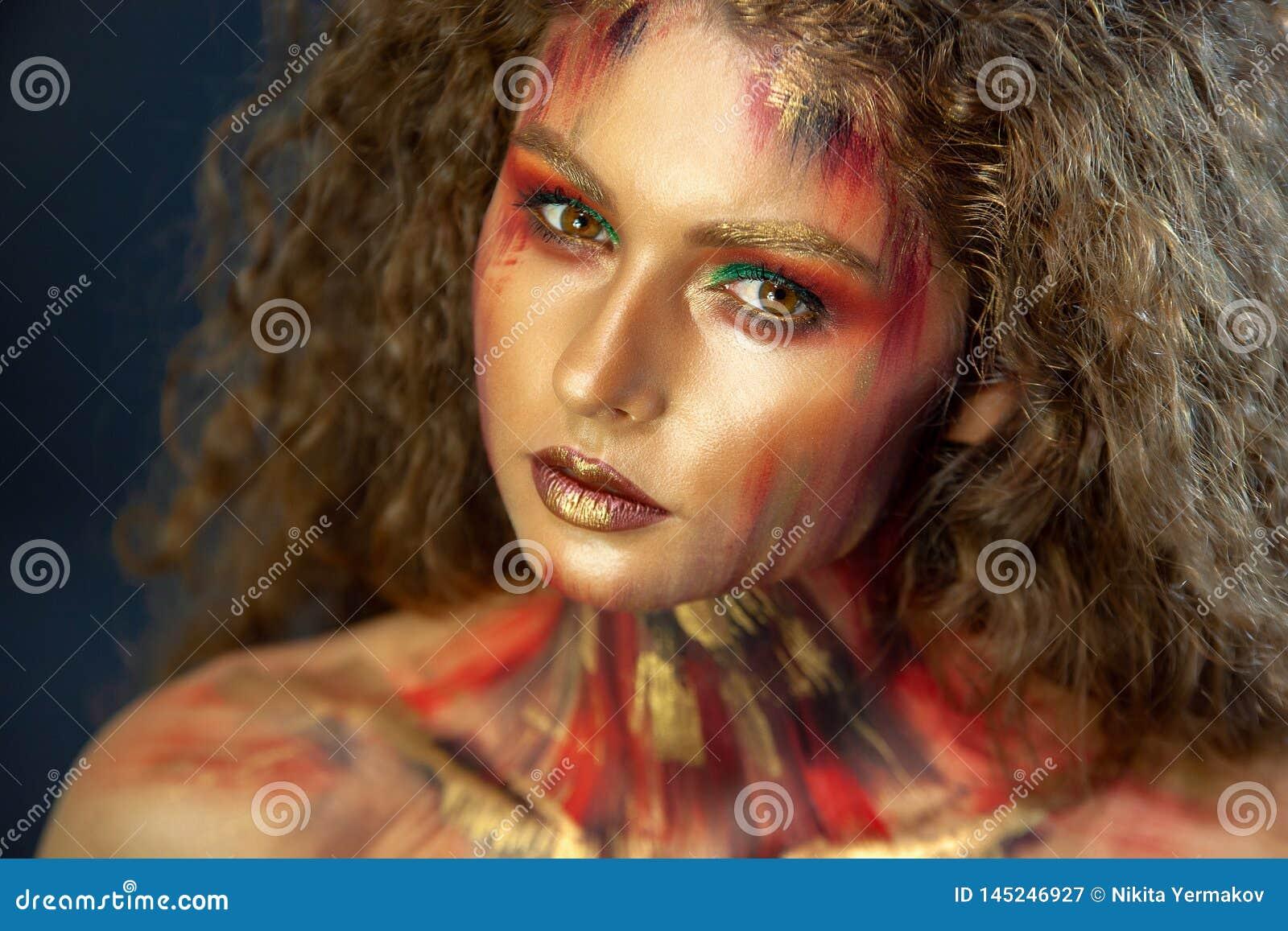 Portret van krullend meisje met kunstmake-up