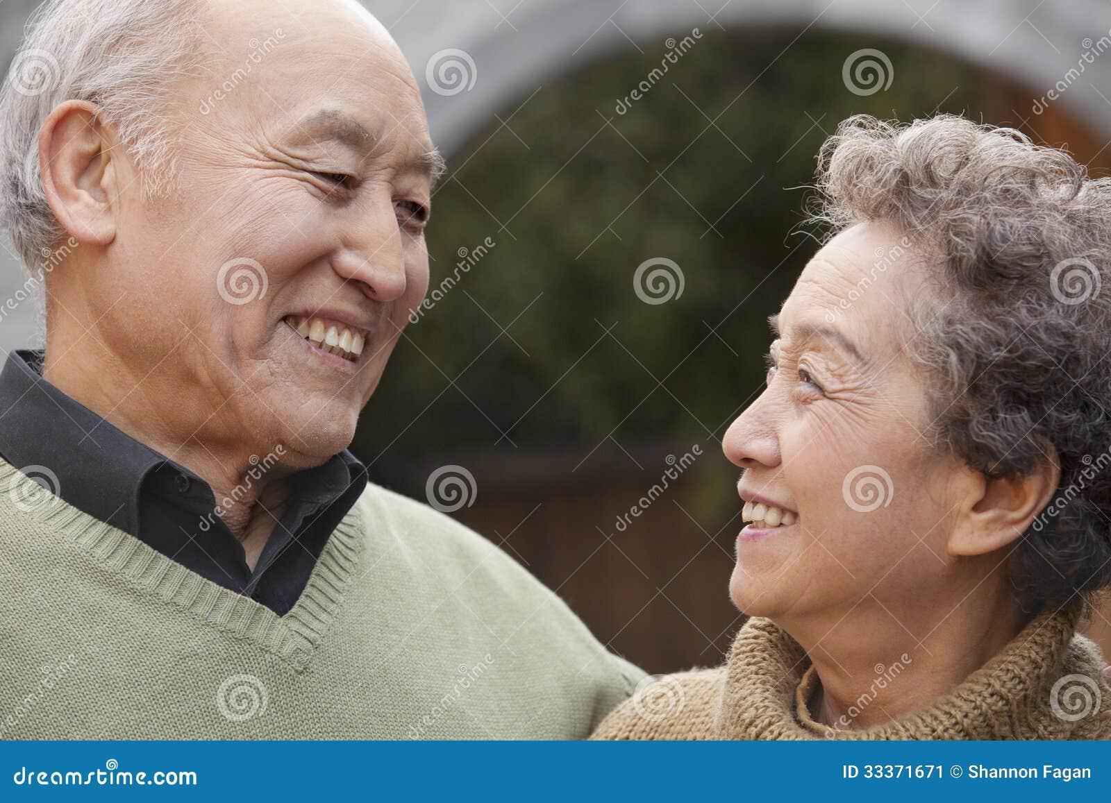 Portret van lachend hoger paar voor ronde boog, Peking