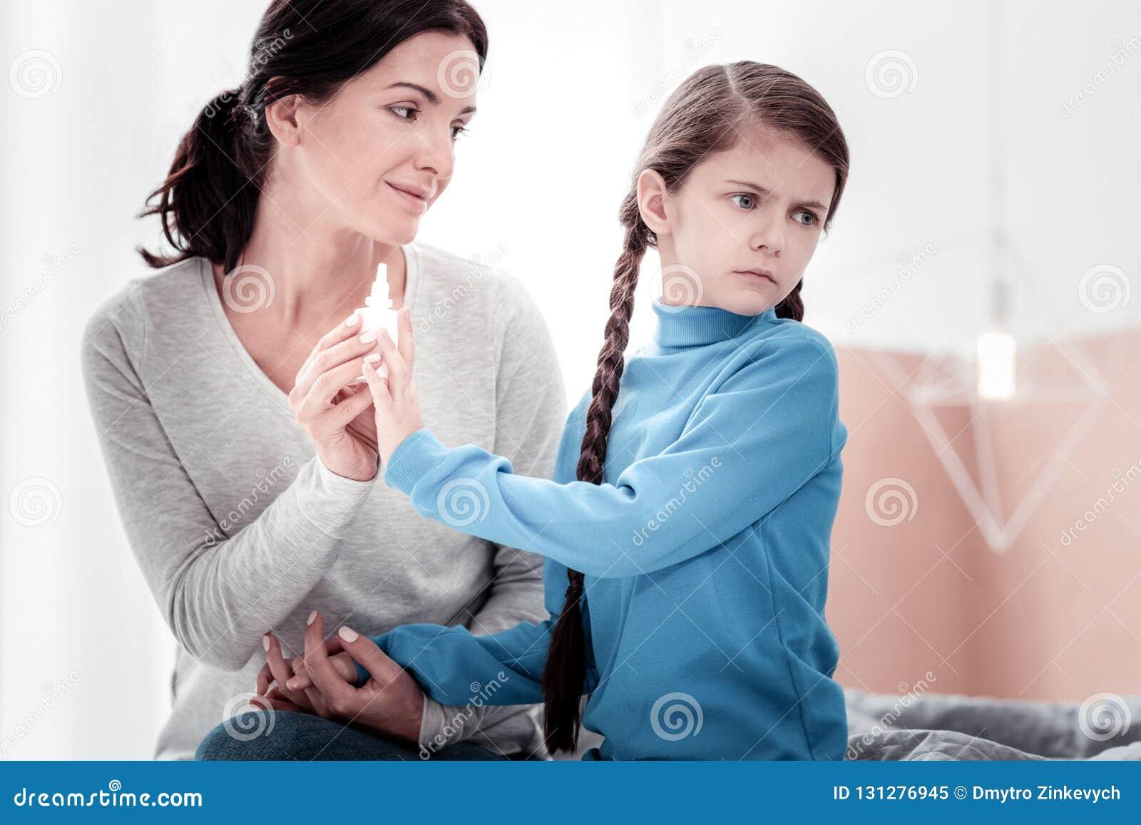 Portret van lawaaierig kind die tegen behandeling zijn