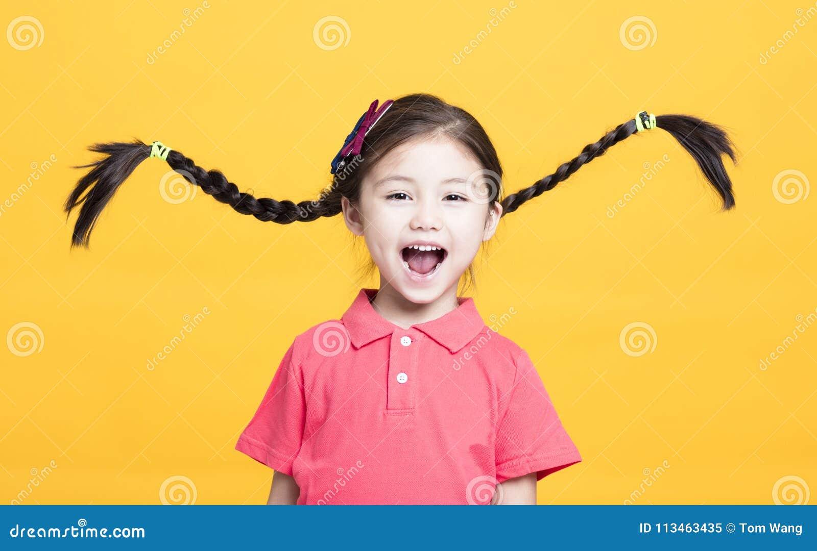 Portret van leuk meisje die pret hebben