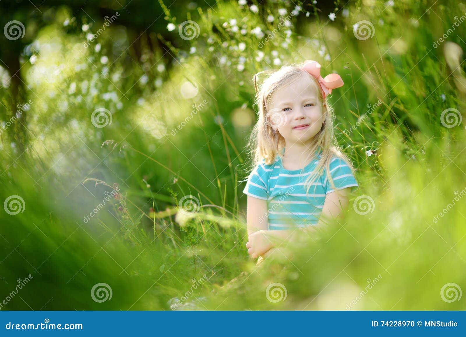 Portret van leuk weinig vrolijk meisje in openlucht