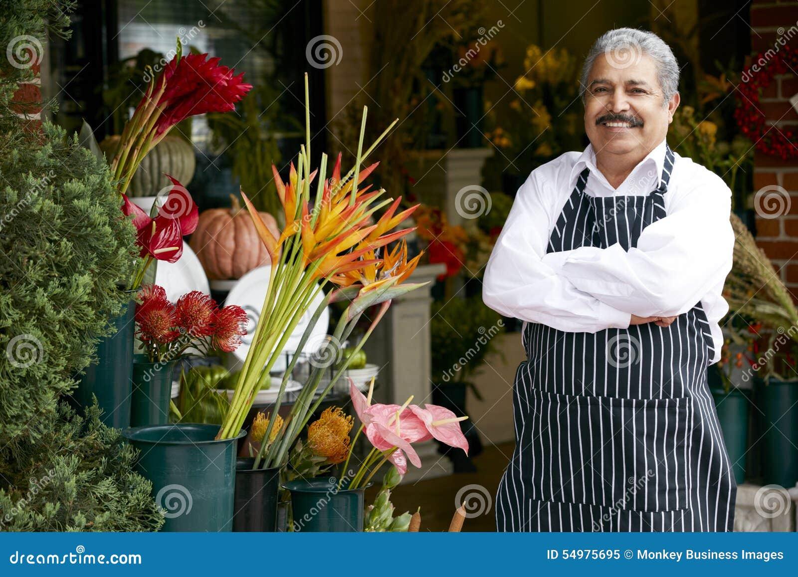 Portret van Mannelijke Bloemist Outside Shop