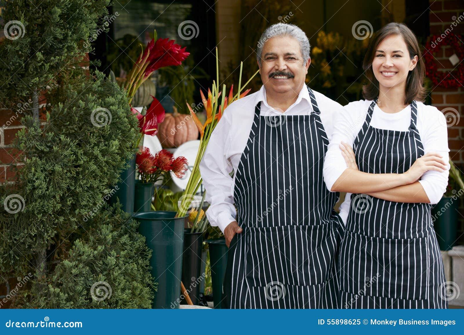 Portret van Mannelijke en Vrouwelijke Bloemist Outside Shop