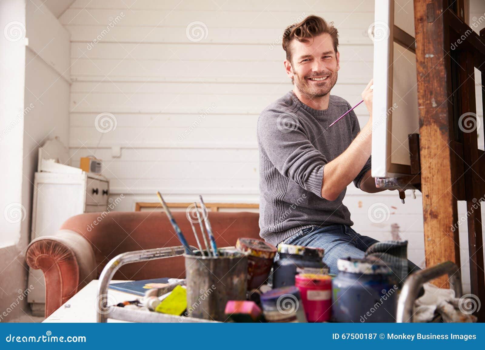 Portret van Mannelijke Kunstenaar Working On Painting in Studio