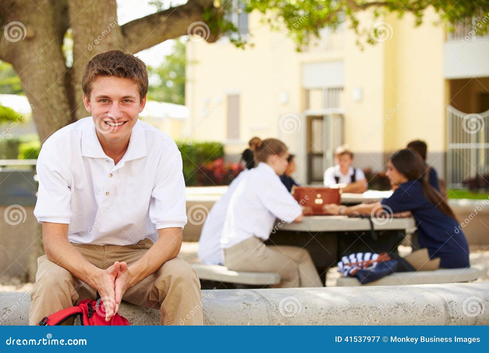 Portret van Mannelijke Middelbare schoolstudent Wearing Unifo