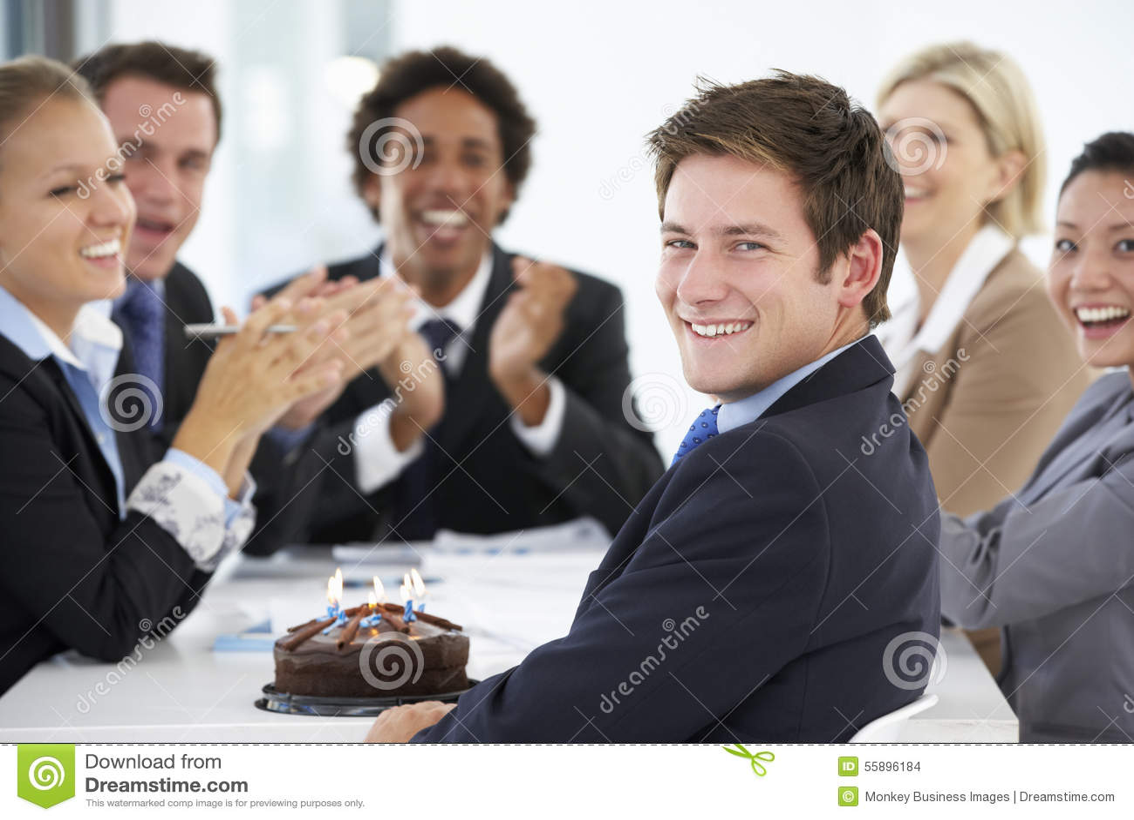 Portret van Mannelijke Uitvoerende het Vieren Verjaardag in OfficeWith-Collega s