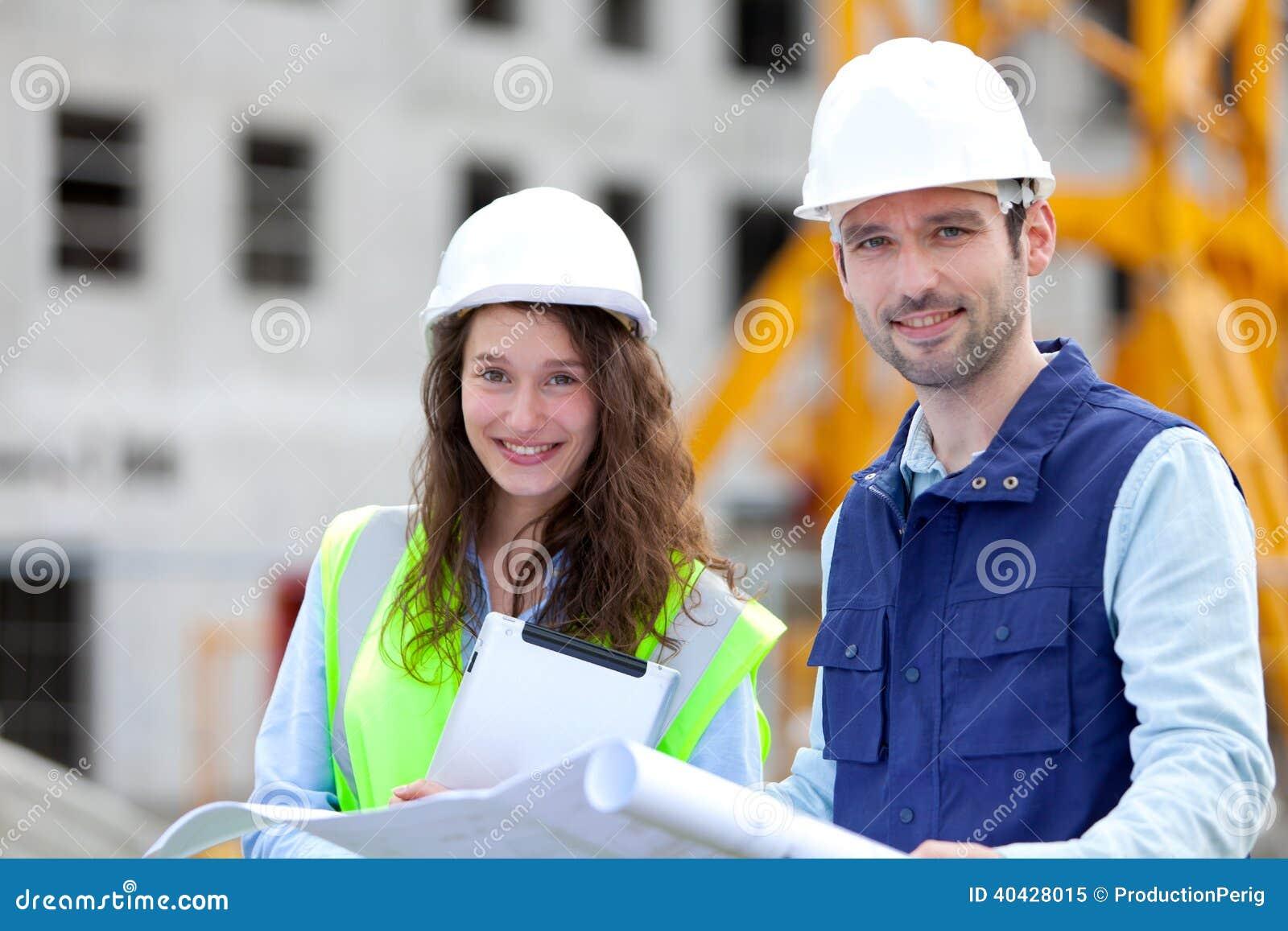 Portret van medewerkers op een bouwwerf