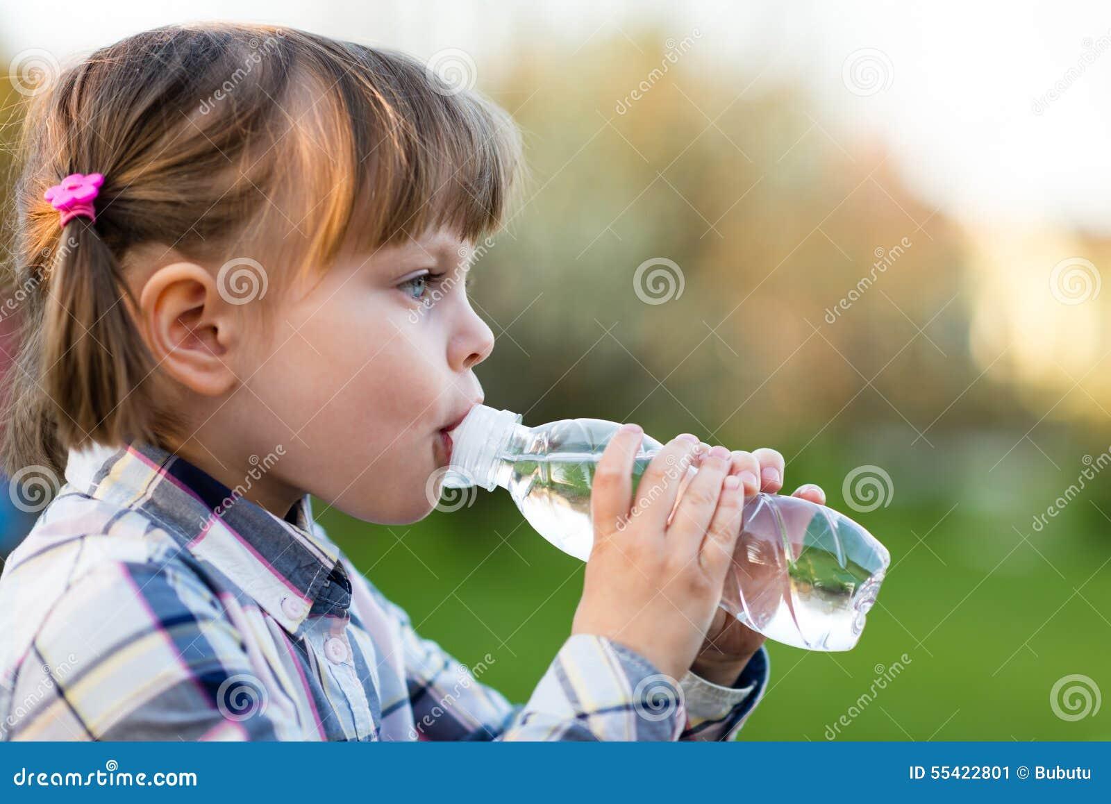 Portret van meisje drinkwater openlucht
