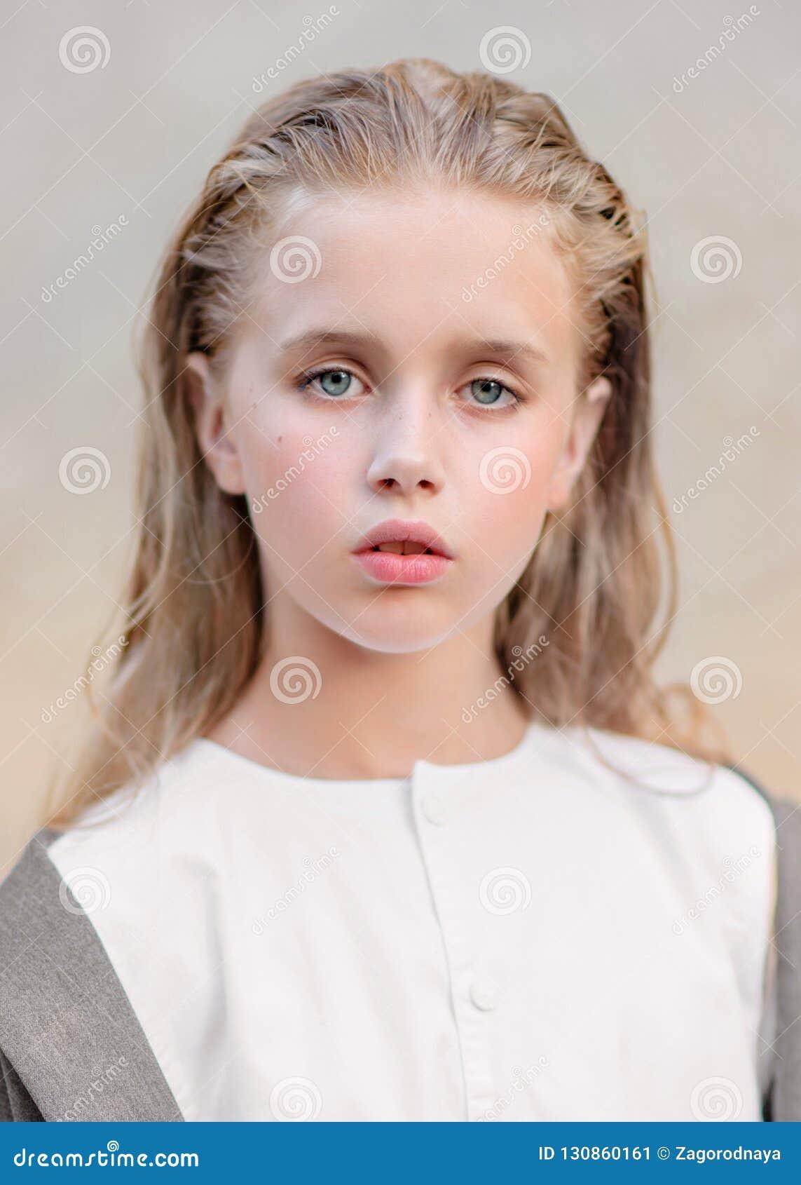 Portret van meisje in openlucht
