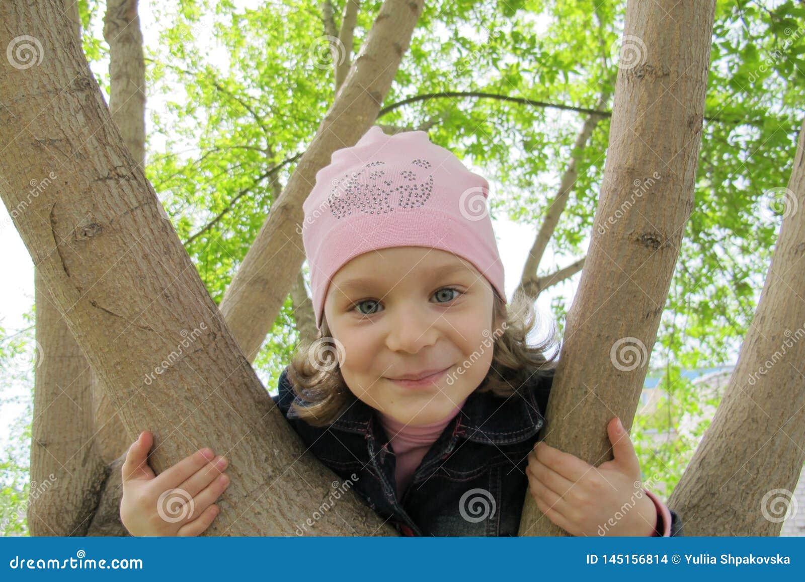 Portret van meisje in park