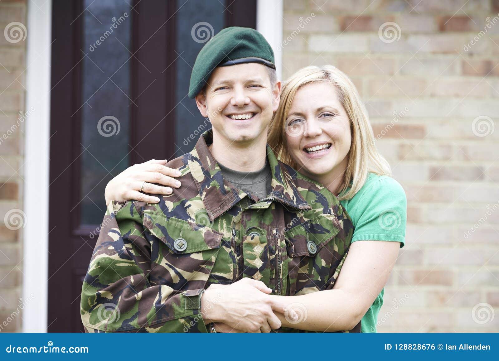 Portret van Militair With Wife Home op Verlof van Leger