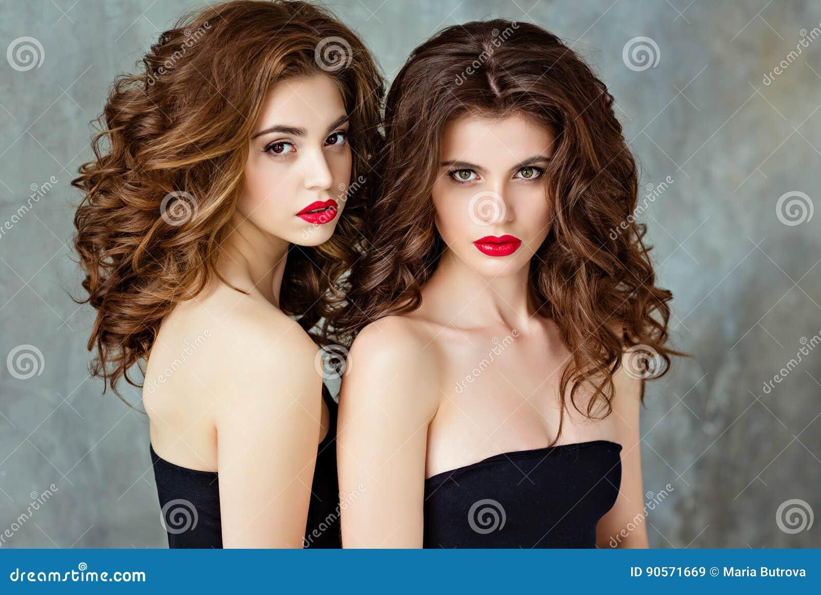 Portret van mooi, betoverend, sensueel brunette twee met gorg