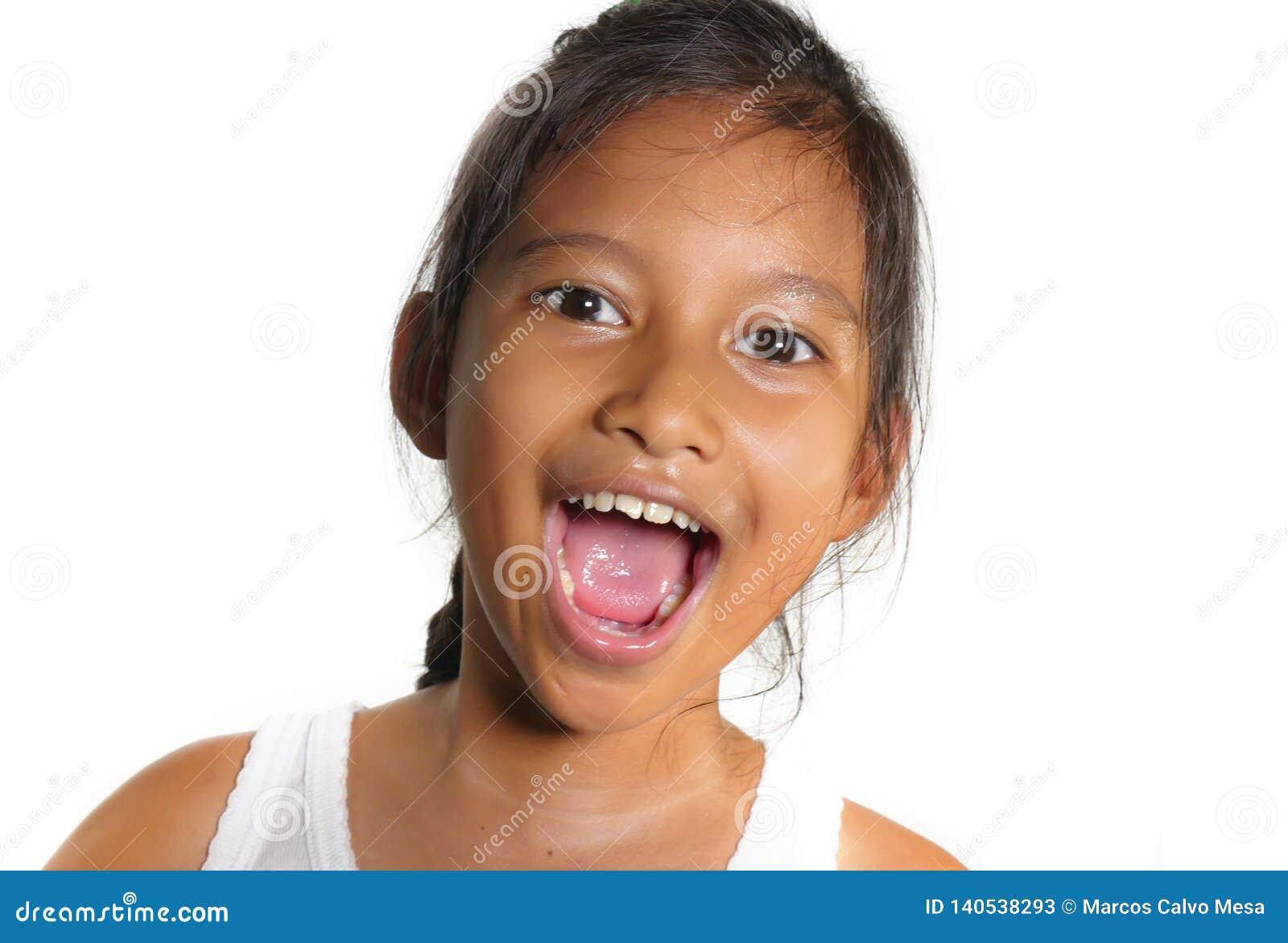 Portret van mooi gelukkig en opgewekt gemengd vrolijk het behoren tot een bepaald ras vrouwelijk kind die het jonge meisje glimla