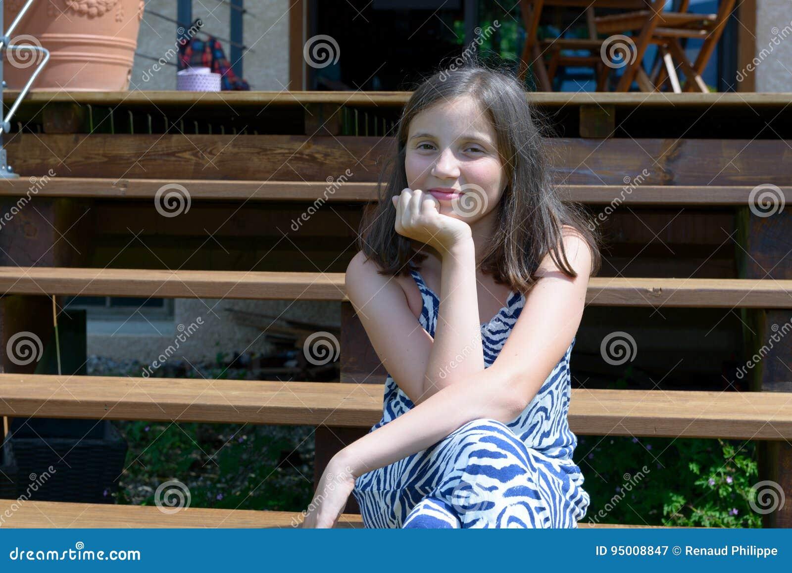 Portret van mooi jong glimlachend tienermeisje, openlucht