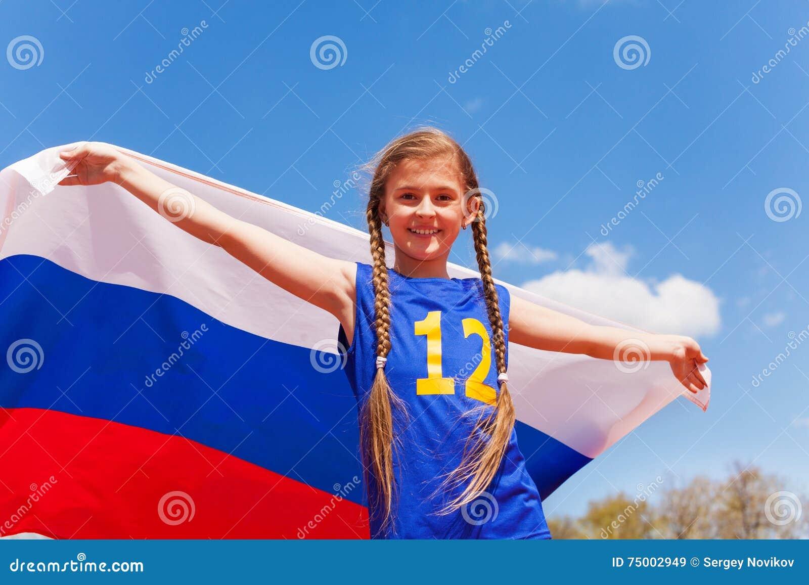 Portret van mooi jong meisje met Russische vlag