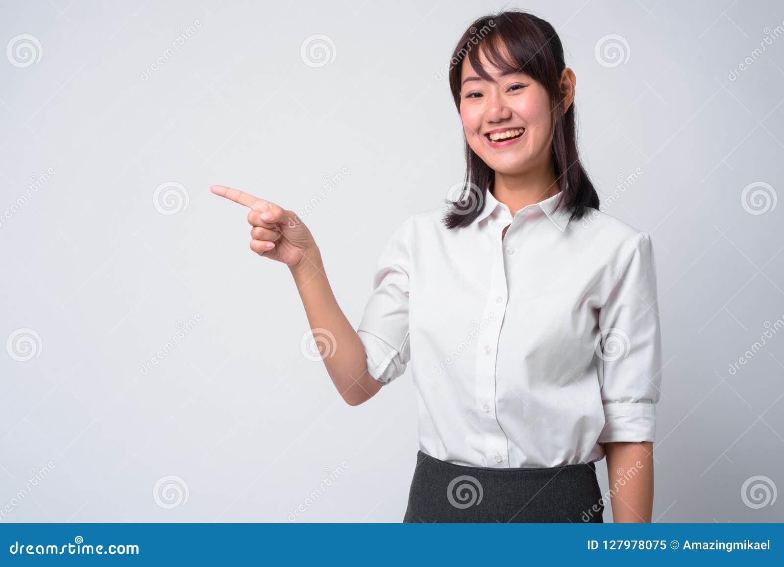 Portret van mooie Aziatische onderneemster tegen witte achtergrond