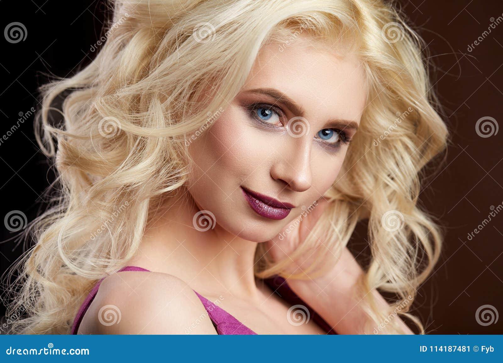 Portret van mooie jonge de Manierfoto van het blondemeisje