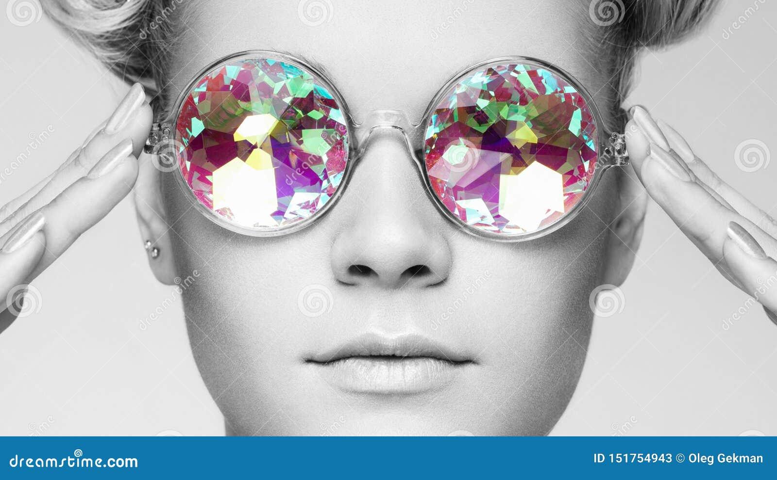 Portret van mooie jonge vrouw met gekleurde glazen
