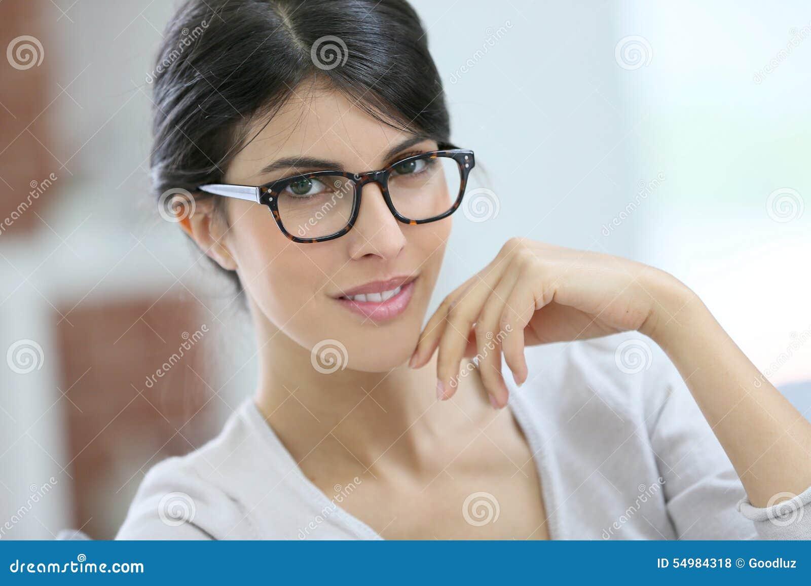 Portret van mooie slimme jonge vrouw met oogglazen