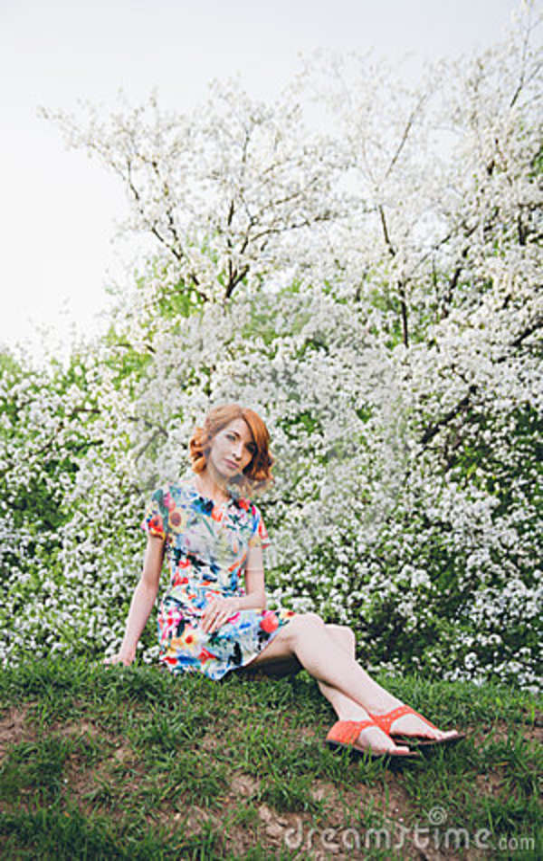 Portret van mooie vrouw in de lente bloeiende tuin