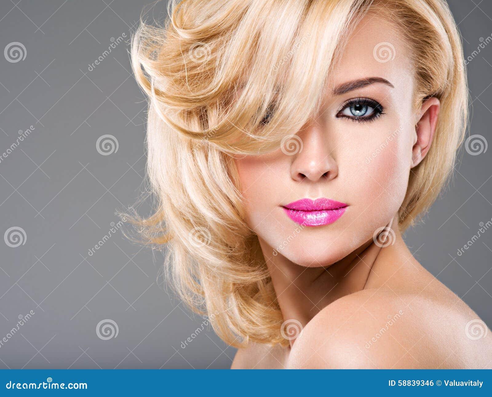 Portret van Mooie vrouw met blond haar heldere manier ma