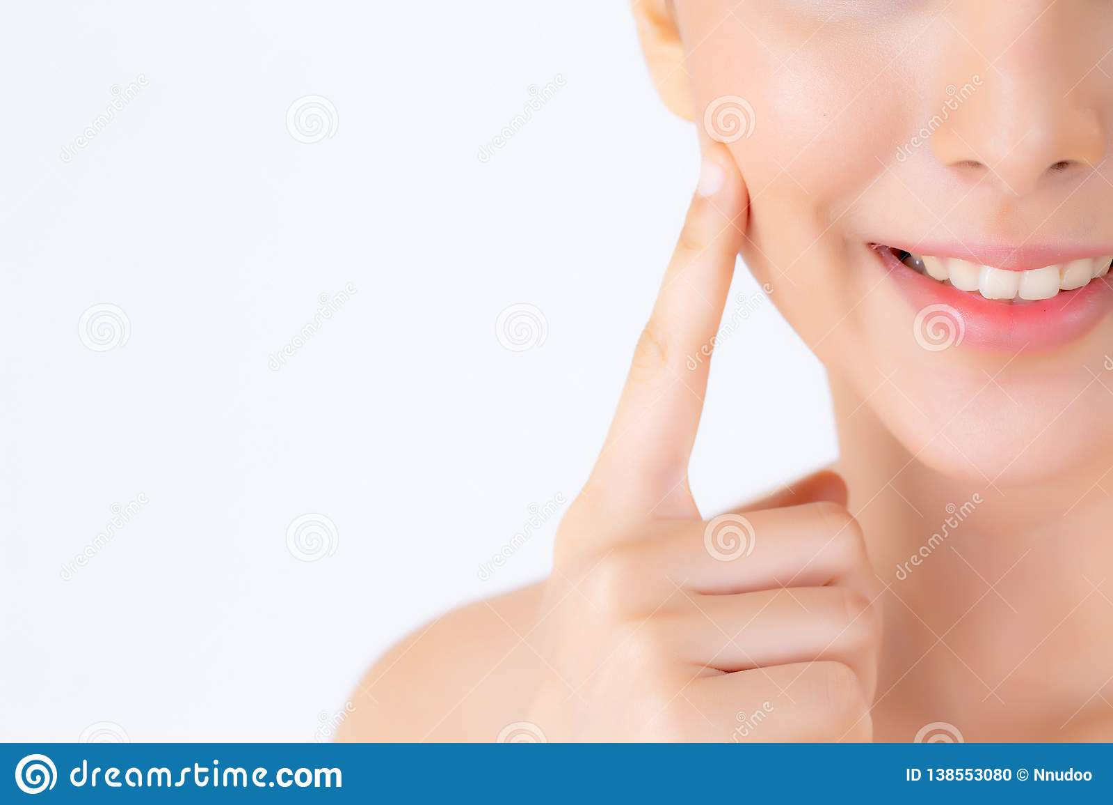 Portret van mooie vrouwen Aziatische make-up van schoonheidsmiddel, aantrekkelijk de aanrakingswang van de meisjeshand en glimlac