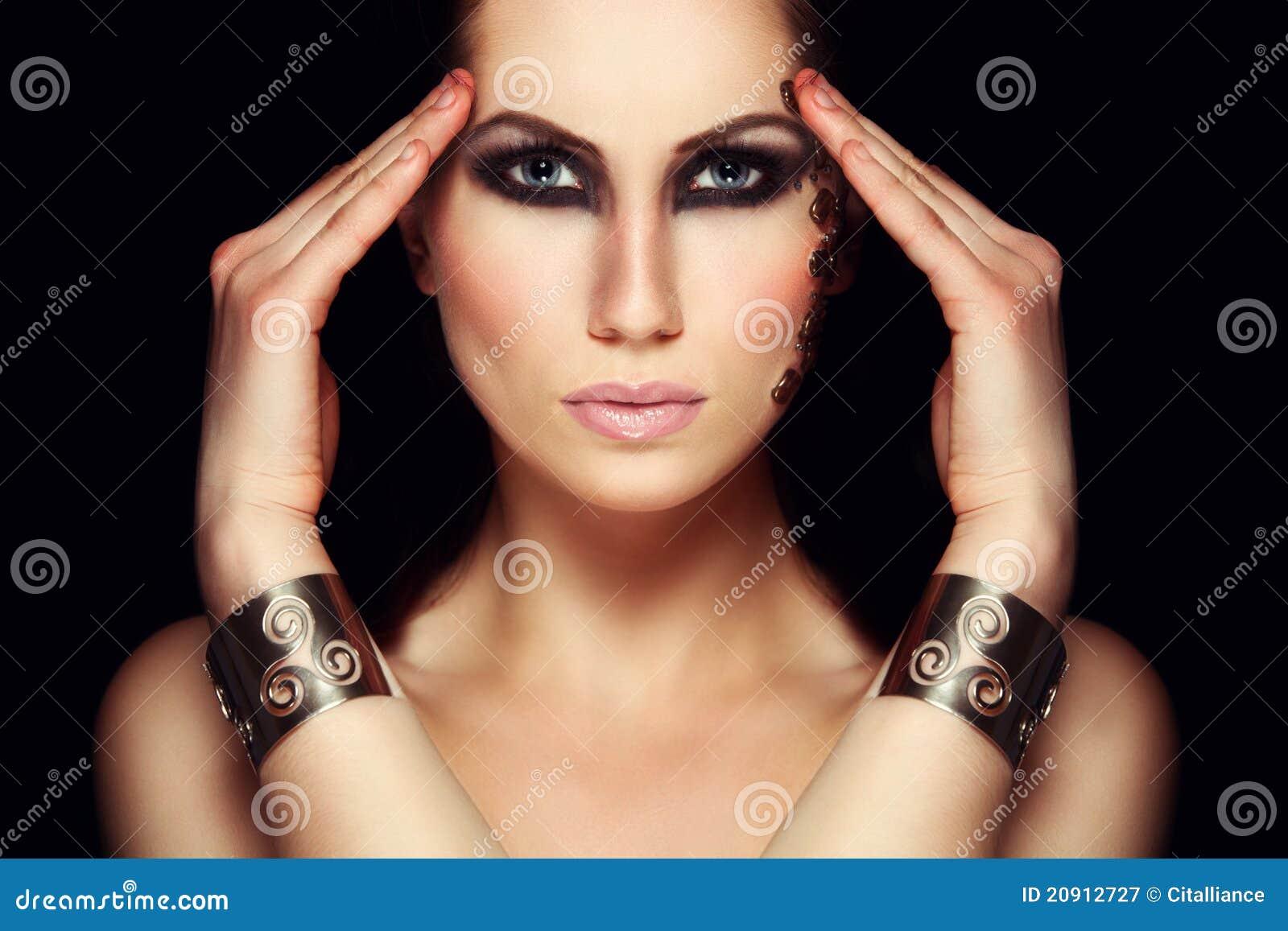Portret van mystic vrouw met extravagante make-up