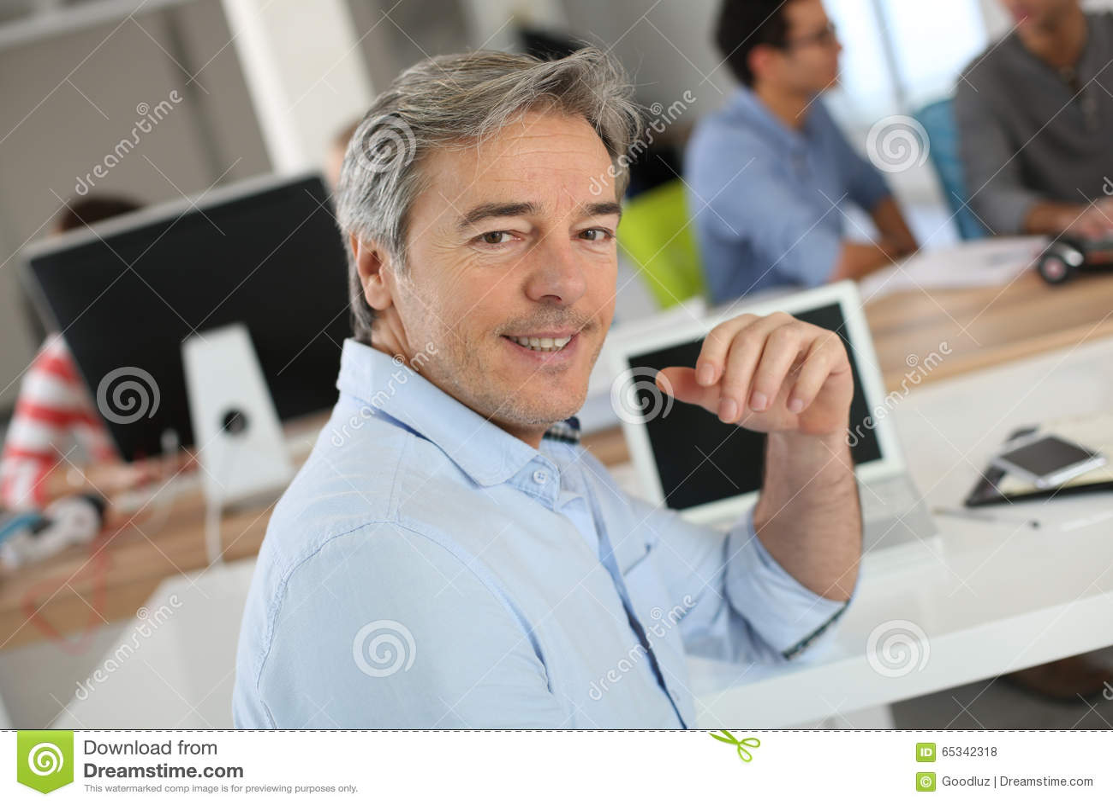 Portret van rijpe leraar in klasse