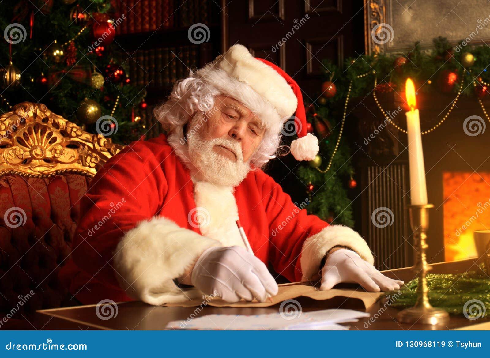 Portret van Santa Claus die Kerstmisbrieven beantwoorden