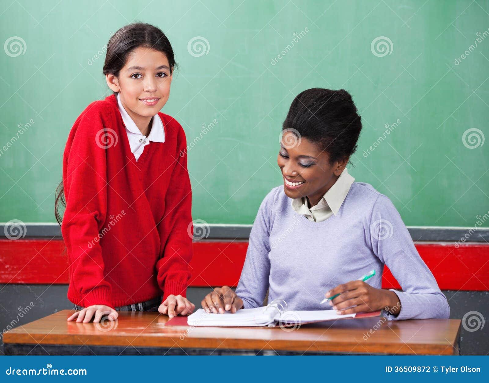 Portret van Schoolmeisje met Leraar Reading Binder