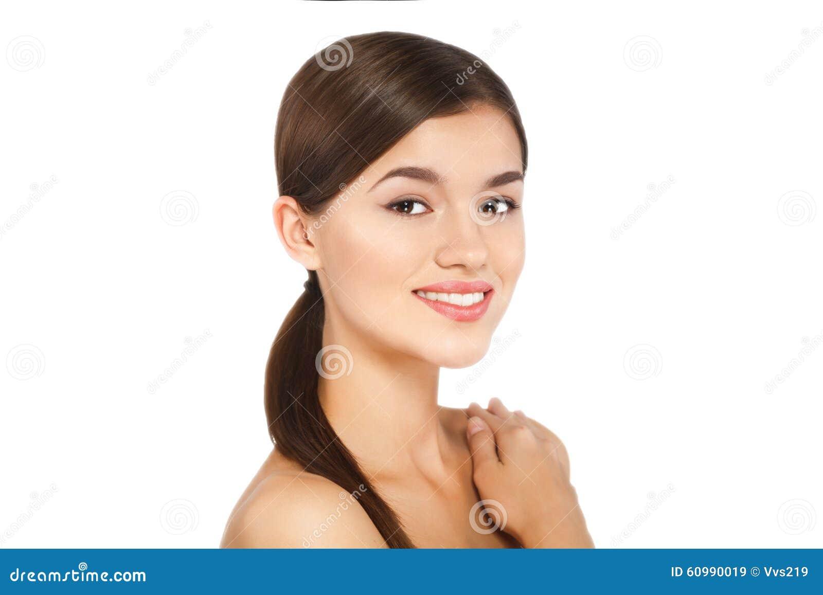 Portret van schoonheids jonge vrouw vrolijk met natuurlijke samenstelling