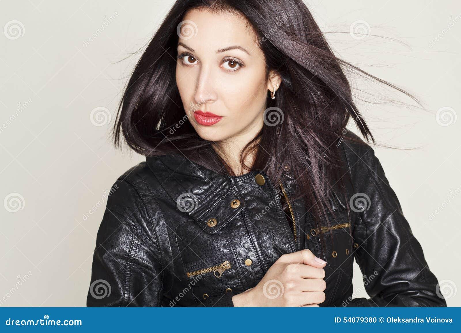 Portret van sexy mooie jonge vrouw in leerjasje