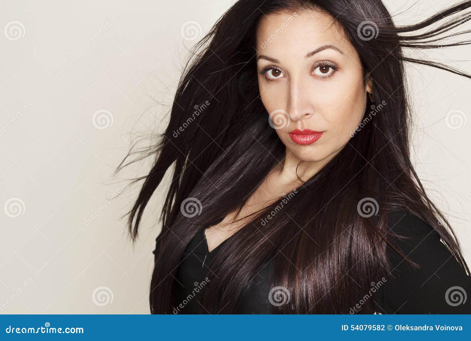 Portret van sexy mooie jonge vrouw in zwarte leerkleding