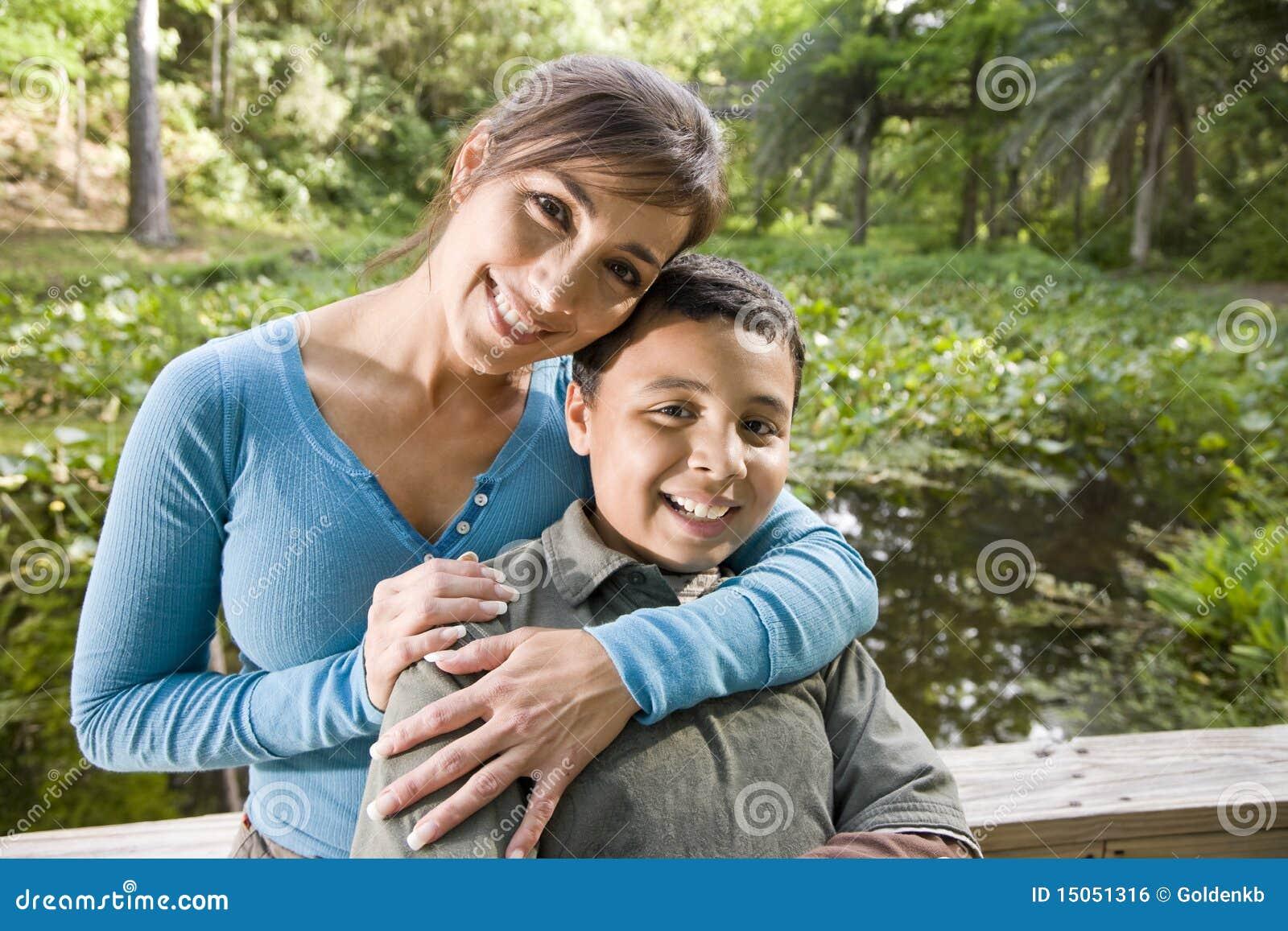 Portret van Spaanse moeder en zoon in openlucht