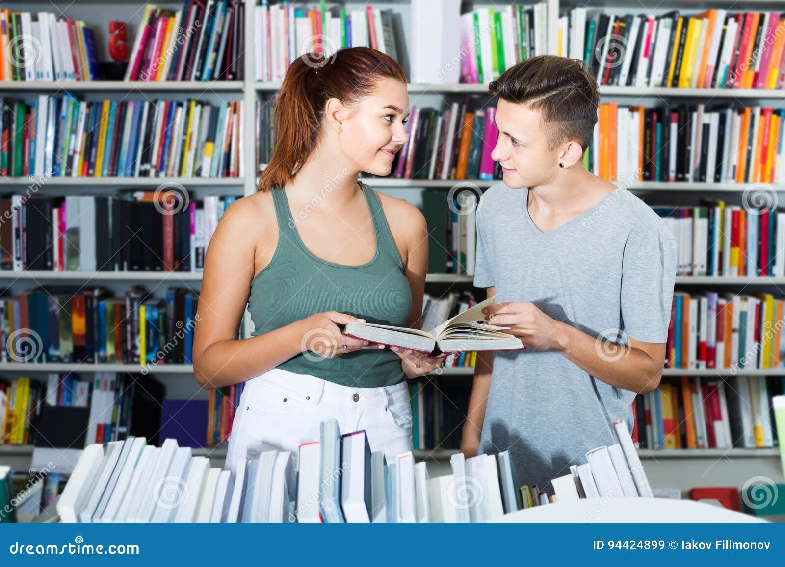 Portret van tiener en meisjesklanten die open boek bekijken