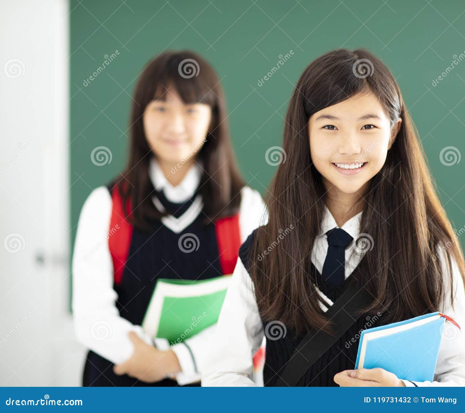 Portret van tienersstudente in klaslokaal