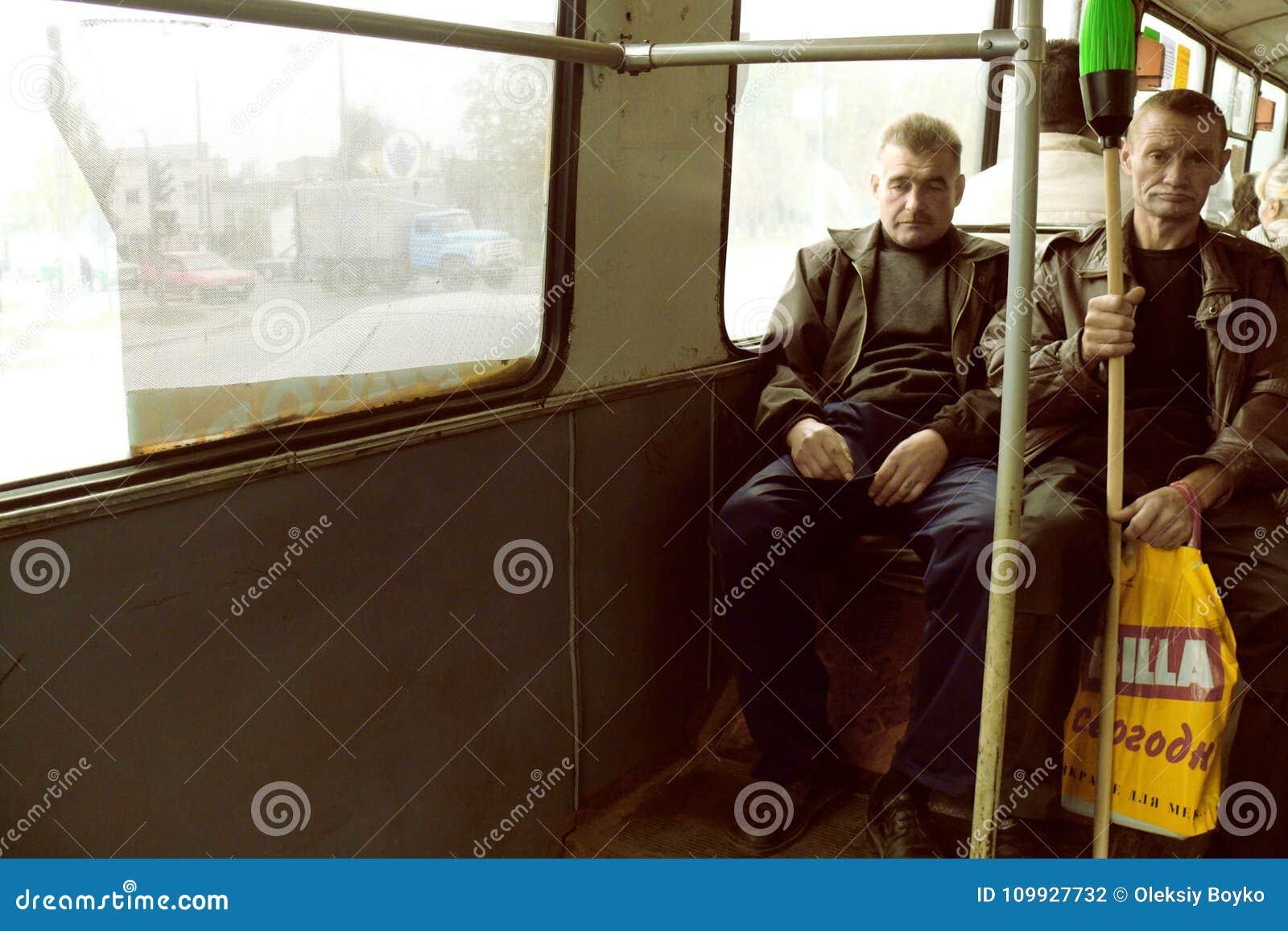 Portret van twee arbeidende klassemensen die in bus omzetten