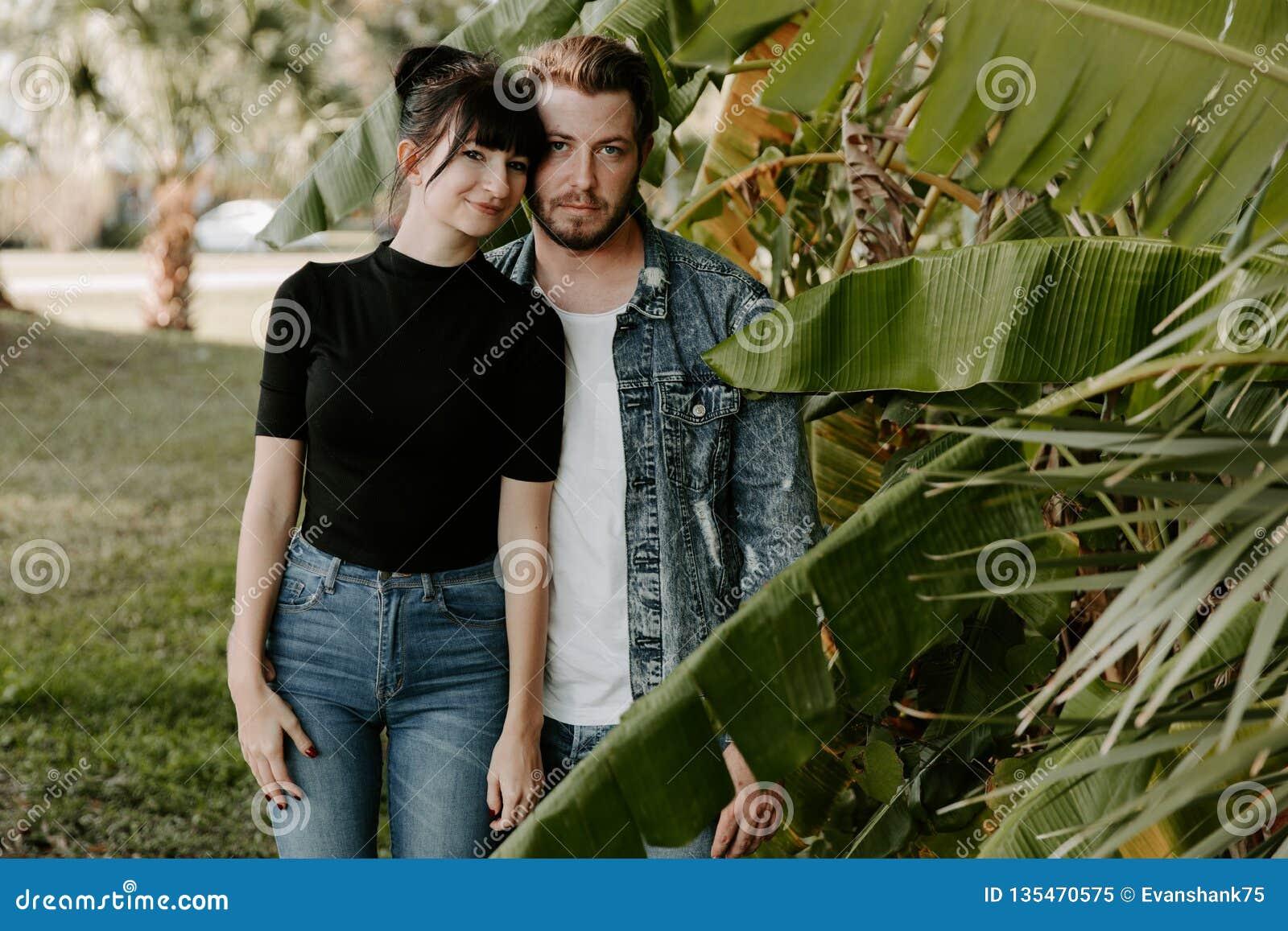Portret van Twee Leuk Modern Kaukasisch Mooi Jong Volwassen Guy Boyfriend Lady Girlfriend Couple die en in Liefde in Na koesteren