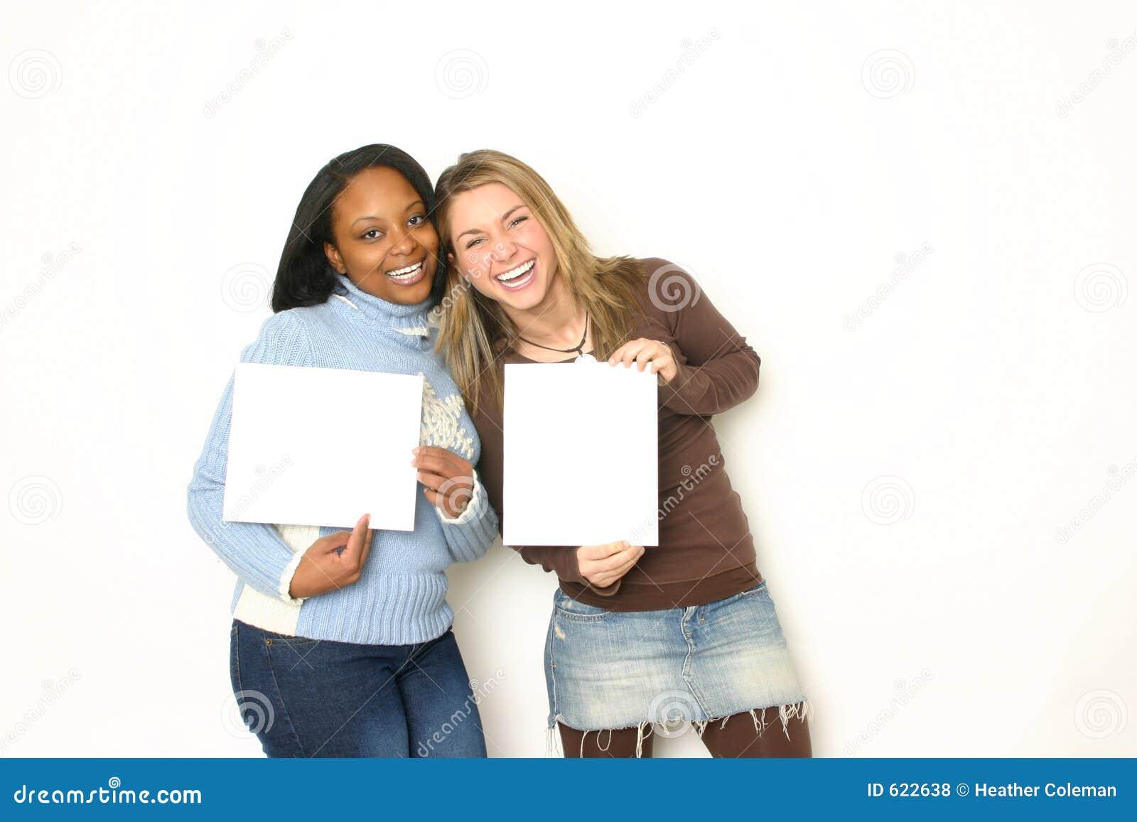 Portret van Twee meisjes die lege tekens houden