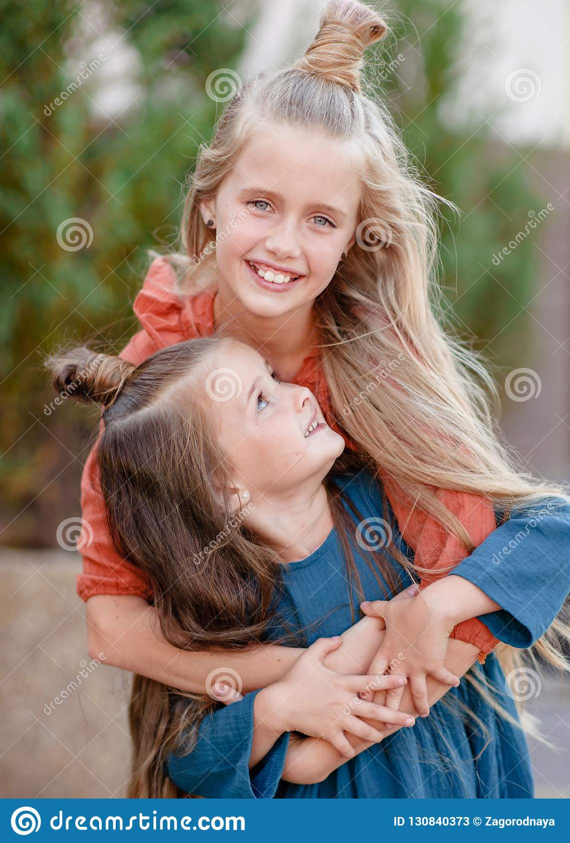 Portret van twee zusters in de zomer
