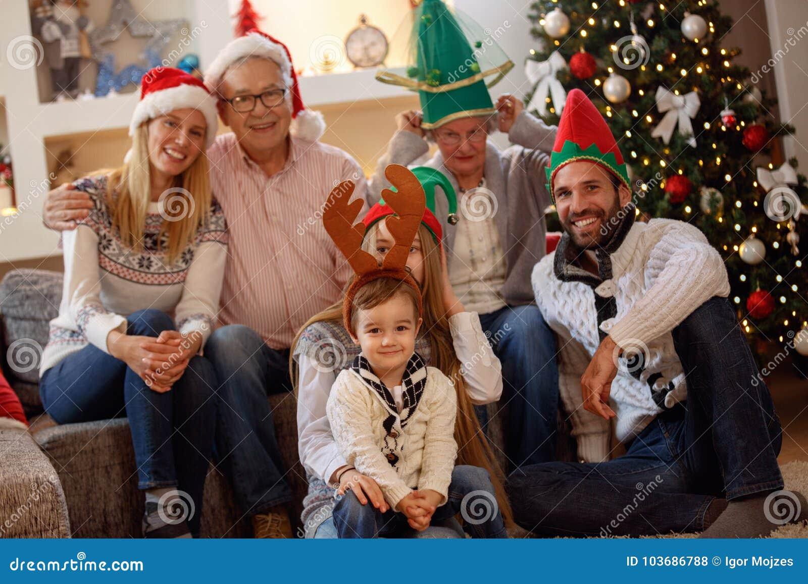 Portret van uitgebreide familie in Kerstmishoeden
